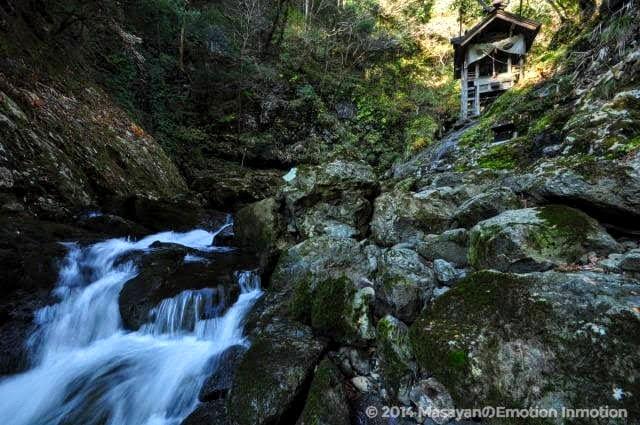 断崖ぜぺきに建つ天岩戸神社