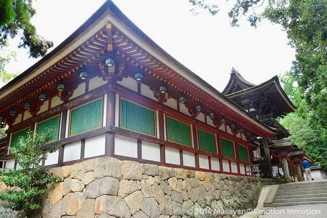 石上神宮の石垣と階段と楼門