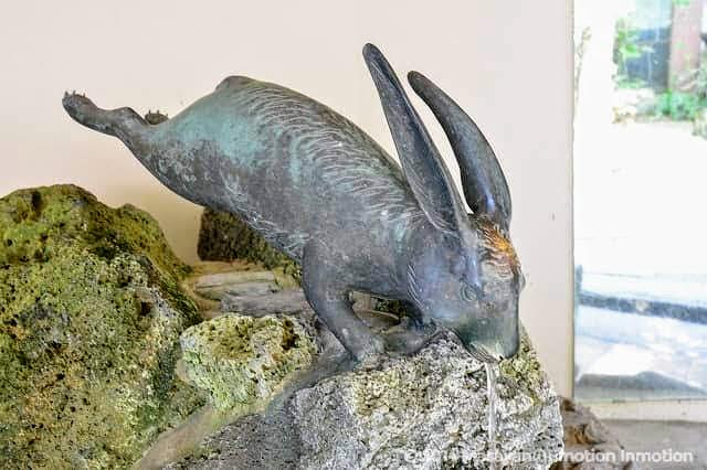 宇治神社手水舎のウサギ
