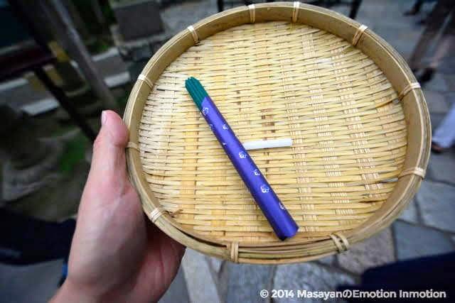 銭洗弁財天宇賀福神社のザルと線香